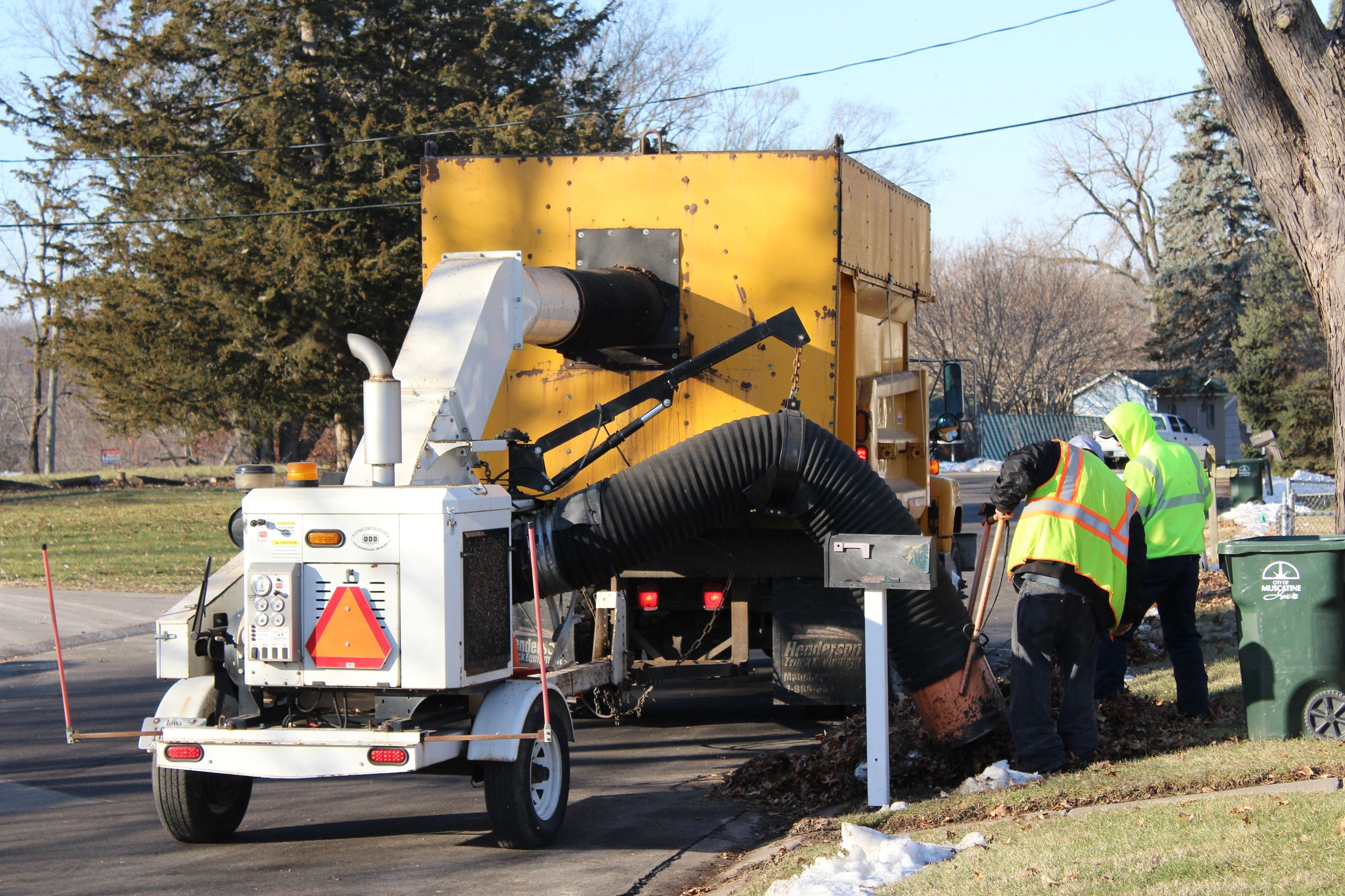 Public Works crews gather up leaves in December 2018 (JPG)