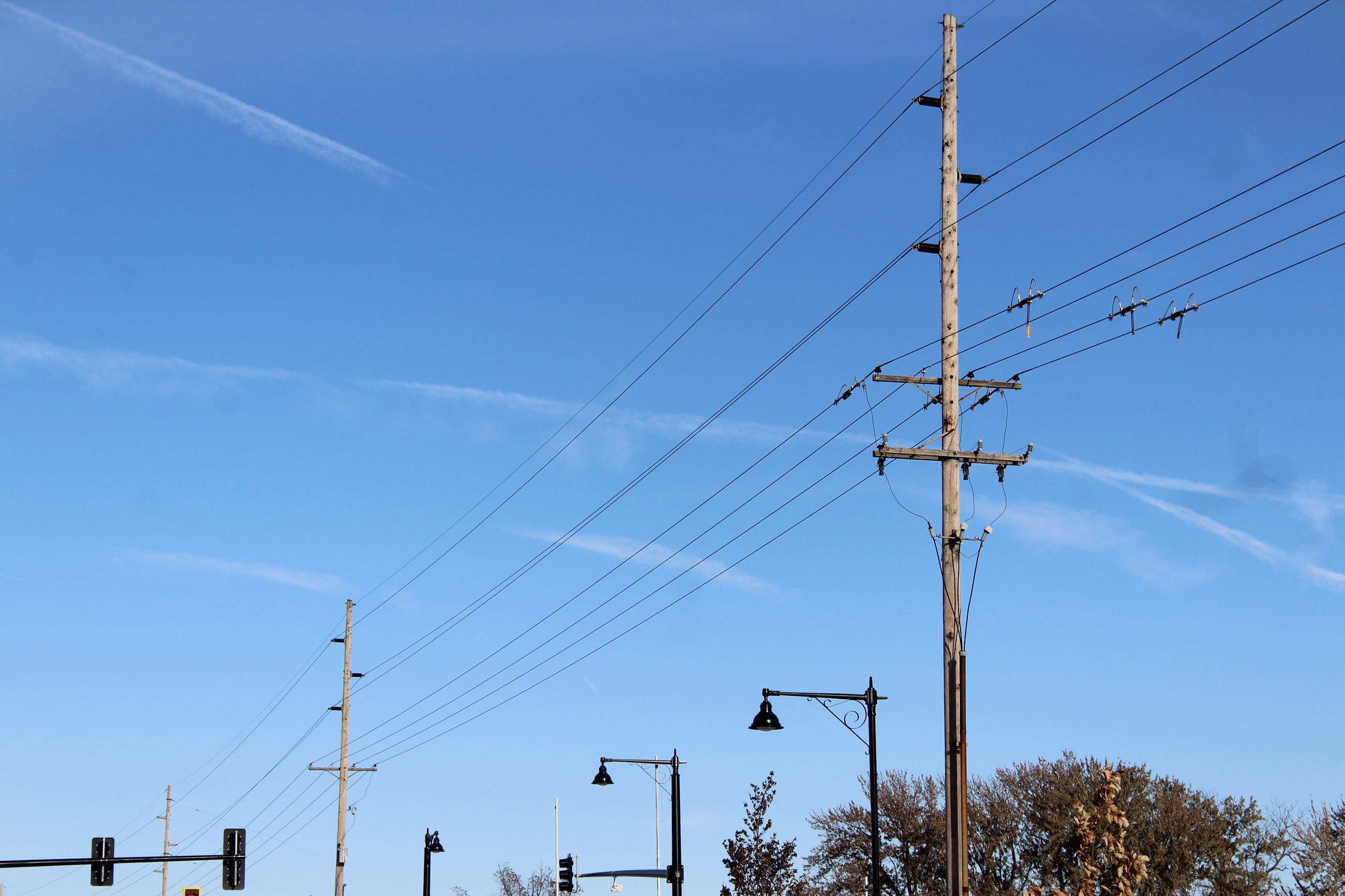 Mississippi Drive overhead electrical lines 111219  (JPG)